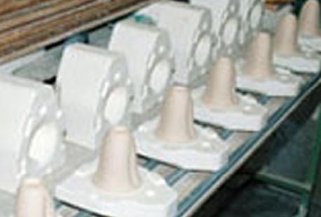 丹念に土を練ることから始まります。ハートカップの原料である良質な「天草陶石」をカップの型に流し込みます。乾燥させて型を外した状態です。