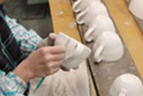 1つ1つ確認し手作業で丁寧に形を整えて行きます。時間をかけて、人の手で作られていることが分かります。