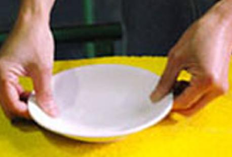 釉薬の調整を行っているところです。人の手で行われることにより、丁寧な仕上げになります。とことん、こだわって作られています!